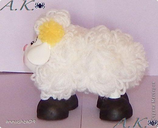 Малышка и её подружка овечка сделаны по одному принципу голова, руки, ноги (копыта) из Фома и пенопластовых шариков, а вот туловище сделано из проволоки и из нитяных-помпонов (нити акрил). фото 7