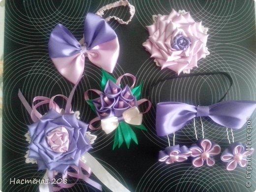 Комплект семейный, состоит из повязки на руку-сиреневая роза, резинки для волос -розовая роза, повязка-бант для дочурки, бутоньерка для мужа, бабочка для сына и шпильки для прически. фото 1