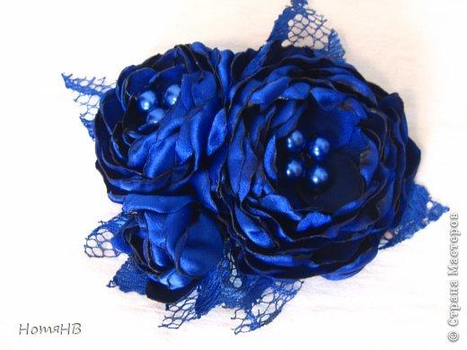 Моя мама шила платье подружке невесты, а я делала вот такие цветочки для украшения. фото 1