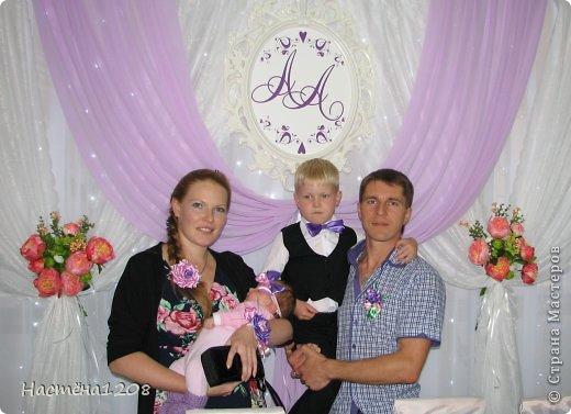 Комплект семейный, состоит из повязки на руку-сиреневая роза, резинки для волос -розовая роза, повязка-бант для дочурки, бутоньерка для мужа, бабочка для сына и шпильки для прически. фото 3