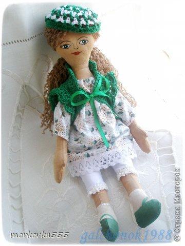 Одна из моих первых кукол. Зеленоглазая девочка, назвала Сонечкой:) Почему, не знаю. Сшита из хлопка и пропитана раствором кофе с корицей. Пахнет до сих пор (ей года полтора). фото 1