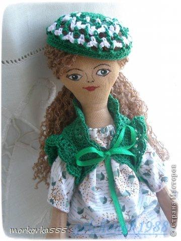 Одна из моих первых кукол. Зеленоглазая девочка, назвала Сонечкой:) Почему, не знаю. Сшита из хлопка и пропитана раствором кофе с корицей. Пахнет до сих пор (ей года полтора). фото 2