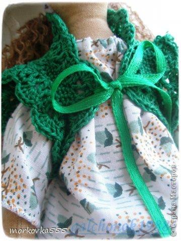 Одна из моих первых кукол. Зеленоглазая девочка, назвала Сонечкой:) Почему, не знаю. Сшита из хлопка и пропитана раствором кофе с корицей. Пахнет до сих пор (ей года полтора). фото 3