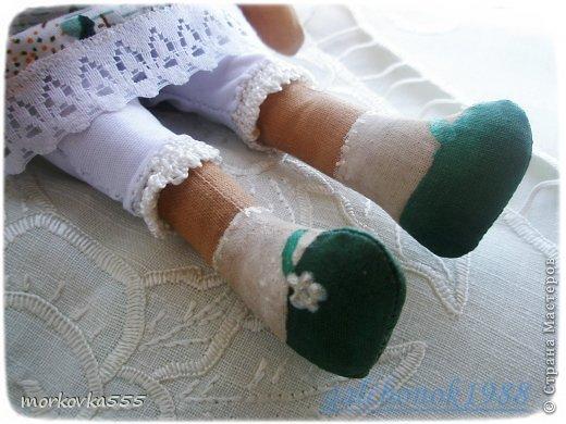 Одна из моих первых кукол. Зеленоглазая девочка, назвала Сонечкой:) Почему, не знаю. Сшита из хлопка и пропитана раствором кофе с корицей. Пахнет до сих пор (ей года полтора). фото 4