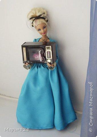 В нашей кухне для куколок не хватает микроволновки. Так, что сегодня куколки поехали в магазин техники.  фото 12