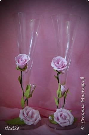 здравствйте. Поступил очередной заказ на свадебную бутылочку и бокалы. Розы из фоамирана. фото 6
