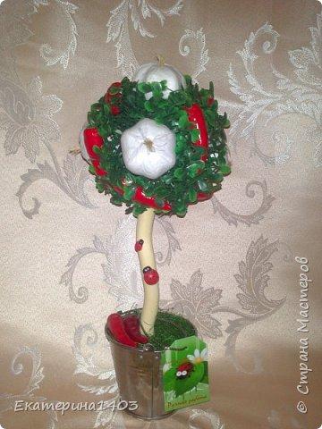 """""""водопад роз""""...парящая кружечка... материал во всех работах: искусственная зелень, розы  (бутон), декорчик, бирочка, ленты атласные, бусины... кружечка ушла с молотка на лотерее, которая проходила на выставке, фотоотчет будет в следующем блоге!!))) фото 2"""