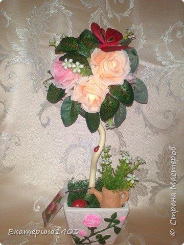 """""""водопад роз""""...парящая кружечка... материал во всех работах: искусственная зелень, розы  (бутон), декорчик, бирочка, ленты атласные, бусины... кружечка ушла с молотка на лотерее, которая проходила на выставке, фотоотчет будет в следующем блоге!!))) фото 3"""
