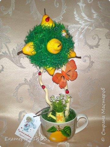 """""""водопад роз""""...парящая кружечка... материал во всех работах: искусственная зелень, розы  (бутон), декорчик, бирочка, ленты атласные, бусины... кружечка ушла с молотка на лотерее, которая проходила на выставке, фотоотчет будет в следующем блоге!!))) фото 4"""