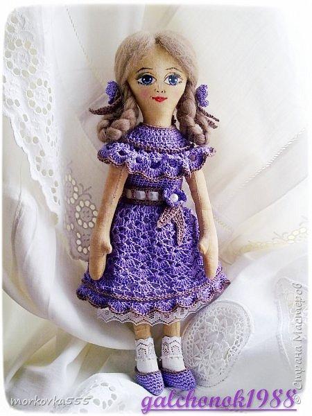 Вот такая синеглазая малышка у меня сшилась на днях. Назвала ее Флёр от фр. fleur  - цветок. Ведь украшена цветами, и платье сиреневого цвета как цветы сирени. Она очень приятно пахнет, правда не цветами, а кофе с корицей. Платье, украшения и туфельки связаны крючком.  фото 2