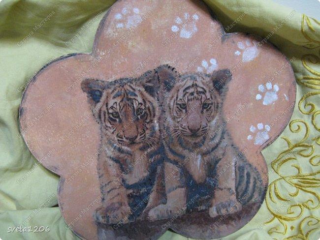 Тигрята были на синем фоне.Пришлось вырезать по ним,чтобы не было синевы и конечно подрисовывать.