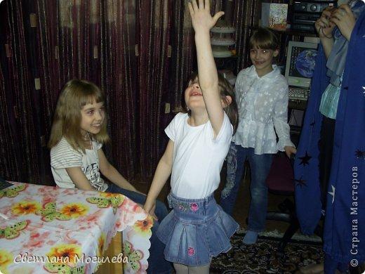 Решила я провести день рождения своей дочери, чтоб запомнилось, чтоб было и интересно и познавательно. И так, космическая вечеринка. Комнату украсили разноцветными гирляндами, ну в космосе же темновато и звезды горят, на потолке повесили вырезанные из картона планеты и звезды. Сначала мы делали НЛО из одноразовых тарелок двух видов, склеивали их между собой и разукрашивали маркерами. фото 4