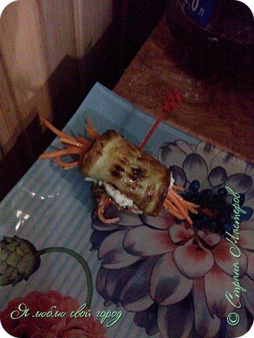 Как я уже писала я делала торт и кабачковые рулеты на годовщину свадьбы родителей.Мне понадобилось:                                                                   -кабачки(по желанию,у меня было 5 штук).                                                                                                                                                                            -мука 1 стакан                                                                                                                                                                                                                                     -яйца(зависит от кол.кабачков,я брала 3)                                                                                                                                                                               -зубчик чеснока(кто любит поострей можно добавить еще)                                                                                                                                                   -майонез                                                                                                                                                                                                                                                 -морковь по-корейски                                                                                                                                                                                                                       -петрушка(для украшения).                                                   фото 9