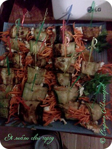 Как я уже писала я делала торт и кабачковые рулеты на годовщину свадьбы родителей.Мне понадобилось:                                                                   -кабачки(по желанию,у меня было 5 штук).                                                                                                                                                                            -мука 1 стакан                                                                                                                                                                                                                                     -яйца(зависит от кол.кабачков,я брала 3)                                                                                                                                                                               -зубчик чеснока(кто любит поострей можно добавить еще)                                                                                                                                                   -майонез                                                                                                                                                                                                                                                 -морковь по-корейски                                                                                                                                                                                                                       -петрушка(для украшения).