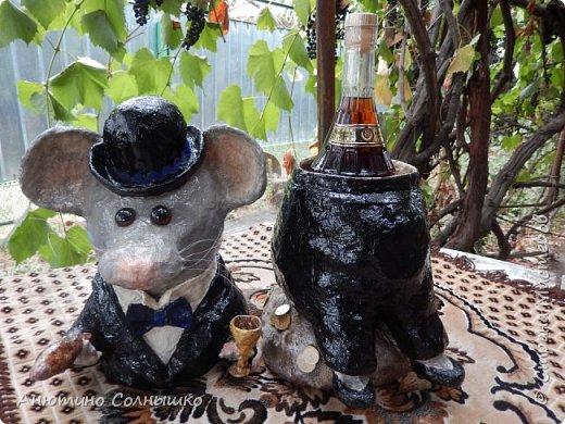 Добрый вечер всем жителям СМ!!!  Куму 30 лет. Захотелось сделать подарок своими руками, но в то же время, чтобы подарок соответствовал возрасту! Так как Кум родился в год Мыши (Крысы), то решила отталкиваться от этого.(Материалы: гипсовый бинт, фольга, газеты (журналы), леска, зубочистки, монеты, клей, гуашь, салфетки, мешковина, воздушный шарик, тесьма, краска из баллончика, лак, проволока). фото 2