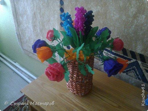 совместное творчество всей семьи для школьной выставки. Сын крутил трубочки из газет и разрисовывал, папа плел корзинку, а я делала цветы фото 1