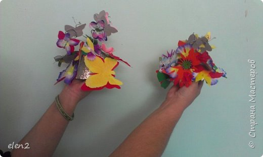 Эти шапочки для танца,основой которым послужил строительный серебристый материал.Бабочки  из бумаги,прикреплены к проволочкам. фото 1