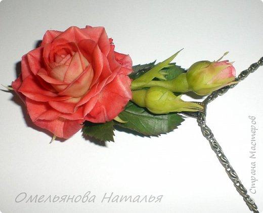 Хотела повторить предыдущую розу и сделать комплект с сережками, но листья темнее получились, да и сама роза немного другая.   фото 2