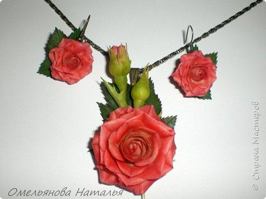 Хотела повторить предыдущую розу и сделать комплект с сережками, но листья темнее получились, да и сама роза немного другая.   фото 1