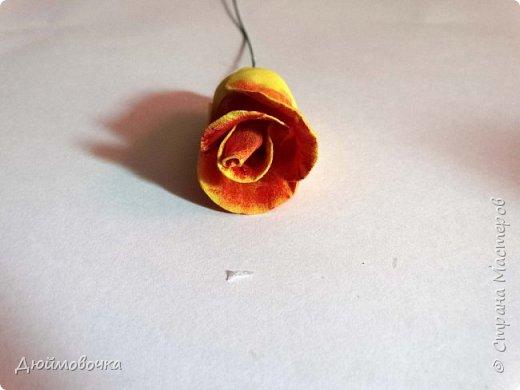 """Здравствуйте! Участвую в он-лайн конференции """"Осенний букет"""", сколько же там всего красивого и интересного! А еще на рабочем столе у меня стоит фото розы необычного окраса (в конце покажу)...  Вот и навеяло мне сделать такие осенние розы, хочу поделиться с вами! Маериалы: желтый ревелюр 1мм, зеленый ревелюр 1 мм, проволока, акриловые краски (пастель не подойдет), картон для шаблонов. фото 20"""