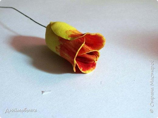 """Здравствуйте! Участвую в он-лайн конференции """"Осенний букет"""", сколько же там всего красивого и интересного! А еще на рабочем столе у меня стоит фото розы необычного окраса (в конце покажу)...  Вот и навеяло мне сделать такие осенние розы, хочу поделиться с вами! Маериалы: желтый ревелюр 1мм, зеленый ревелюр 1 мм, проволока, акриловые краски (пастель не подойдет), картон для шаблонов. фото 21"""