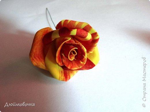 """Здравствуйте! Участвую в он-лайн конференции """"Осенний букет"""", сколько же там всего красивого и интересного! А еще на рабочем столе у меня стоит фото розы необычного окраса (в конце покажу)...  Вот и навеяло мне сделать такие осенние розы, хочу поделиться с вами! Маериалы: желтый ревелюр 1мм, зеленый ревелюр 1 мм, проволока, акриловые краски (пастель не подойдет), картон для шаблонов. фото 22"""