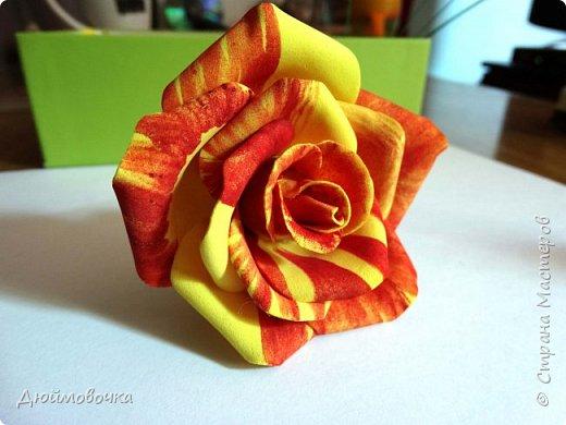 """Здравствуйте! Участвую в он-лайн конференции """"Осенний букет"""", сколько же там всего красивого и интересного! А еще на рабочем столе у меня стоит фото розы необычного окраса (в конце покажу)...  Вот и навеяло мне сделать такие осенние розы, хочу поделиться с вами! Маериалы: желтый ревелюр 1мм, зеленый ревелюр 1 мм, проволока, акриловые краски (пастель не подойдет), картон для шаблонов. фото 24"""