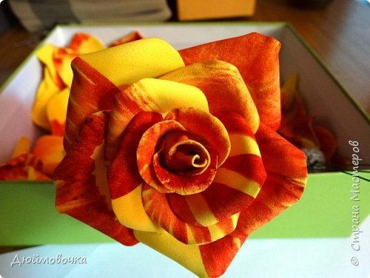 """Здравствуйте! Участвую в он-лайн конференции """"Осенний букет"""", сколько же там всего красивого и интересного! А еще на рабочем столе у меня стоит фото розы необычного окраса (в конце покажу)...  Вот и навеяло мне сделать такие осенние розы, хочу поделиться с вами! Маериалы: желтый ревелюр 1мм, зеленый ревелюр 1 мм, проволока, акриловые краски (пастель не подойдет), картон для шаблонов. фото 23"""