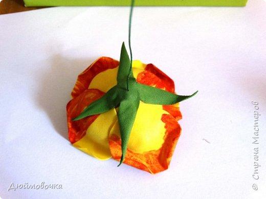 """Здравствуйте! Участвую в он-лайн конференции """"Осенний букет"""", сколько же там всего красивого и интересного! А еще на рабочем столе у меня стоит фото розы необычного окраса (в конце покажу)...  Вот и навеяло мне сделать такие осенние розы, хочу поделиться с вами! Маериалы: желтый ревелюр 1мм, зеленый ревелюр 1 мм, проволока, акриловые краски (пастель не подойдет), картон для шаблонов. фото 25"""