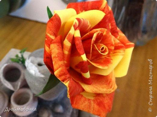 """Здравствуйте! Участвую в он-лайн конференции """"Осенний букет"""", сколько же там всего красивого и интересного! А еще на рабочем столе у меня стоит фото розы необычного окраса (в конце покажу)...  Вот и навеяло мне сделать такие осенние розы, хочу поделиться с вами! Маериалы: желтый ревелюр 1мм, зеленый ревелюр 1 мм, проволока, акриловые краски (пастель не подойдет), картон для шаблонов. фото 26"""