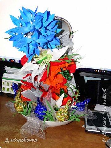 """Вот и меня """"понесло"""" :) Эта цветочно-конфетная чашка первая, скоро будет вторая :) Цветы из ревелюра, конфеты оформлены гофрированной бумагой. Фотографировала ночью, чтобы успеть. Утром чашку забрали. фото 2"""