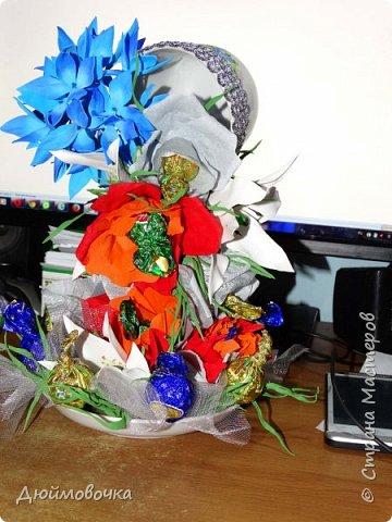 """Вот и меня """"понесло"""" :) Эта цветочно-конфетная чашка первая, скоро будет вторая :) Цветы из ревелюра, конфеты оформлены гофрированной бумагой. Фотографировала ночью, чтобы успеть. Утром чашку забрали. фото 3"""