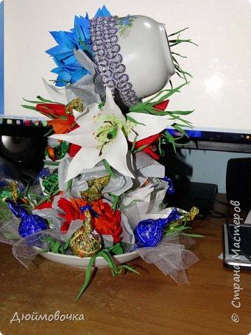 """Вот и меня """"понесло"""" :) Эта цветочно-конфетная чашка первая, скоро будет вторая :) Цветы из ревелюра, конфеты оформлены гофрированной бумагой. Фотографировала ночью, чтобы успеть. Утром чашку забрали. фото 1"""