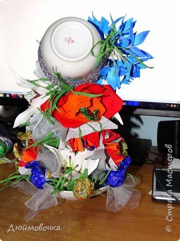 """Вот и меня """"понесло"""" :) Эта цветочно-конфетная чашка первая, скоро будет вторая :) Цветы из ревелюра, конфеты оформлены гофрированной бумагой. Фотографировала ночью, чтобы успеть. Утром чашку забрали. фото 4"""