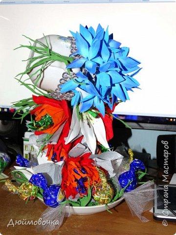 """Вот и меня """"понесло"""" :) Эта цветочно-конфетная чашка первая, скоро будет вторая :) Цветы из ревелюра, конфеты оформлены гофрированной бумагой. Фотографировала ночью, чтобы успеть. Утром чашку забрали. фото 5"""