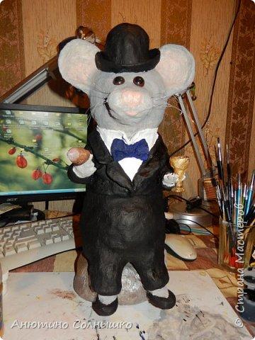 Добрый вечер всем жителям СМ!!!  Куму 30 лет. Захотелось сделать подарок своими руками, но в то же время, чтобы подарок соответствовал возрасту! Так как Кум родился в год Мыши (Крысы), то решила отталкиваться от этого.(Материалы: гипсовый бинт, фольга, газеты (журналы), леска, зубочистки, монеты, клей, гуашь, салфетки, мешковина, воздушный шарик, тесьма, краска из баллончика, лак, проволока). фото 74