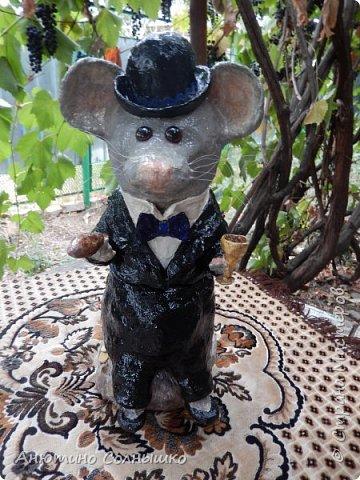 Добрый вечер всем жителям СМ!!!  Куму 30 лет. Захотелось сделать подарок своими руками, но в то же время, чтобы подарок соответствовал возрасту! Так как Кум родился в год Мыши (Крысы), то решила отталкиваться от этого.(Материалы: гипсовый бинт, фольга, газеты (журналы), леска, зубочистки, монеты, клей, гуашь, салфетки, мешковина, воздушный шарик, тесьма, краска из баллончика, лак, проволока). фото 79