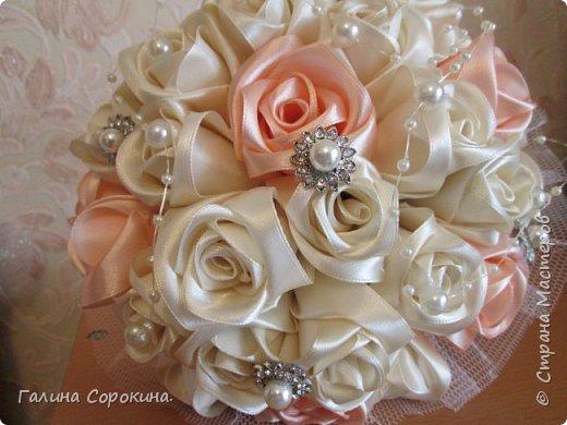 Свадебные букеты а так же для любого торжества,для любимых и родных,выполнены из розочек ручной работы,собраны по лепестку... фото 1