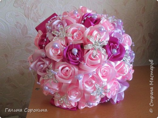 Свадебные букеты а так же для любого торжества,для любимых и родных,выполнены из розочек ручной работы,собраны по лепестку... фото 7