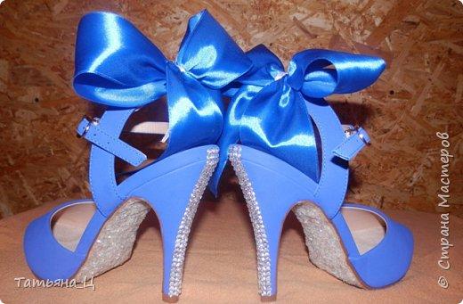 Декор туфлей для невесты на свадьбу в синем цвете (использовала: стразы, блёстки для ногтей, атласные ленты) фото 1