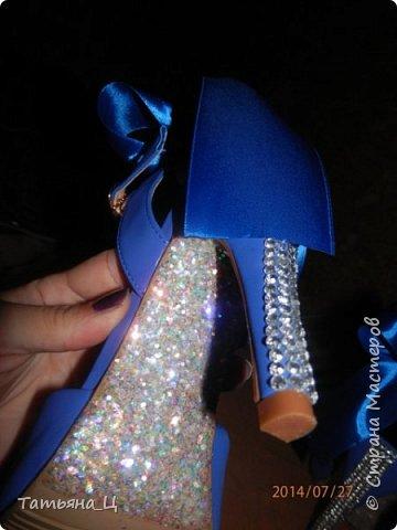 Декор туфлей для невесты на свадьбу в синем цвете (использовала: стразы, блёстки для ногтей, атласные ленты) фото 3