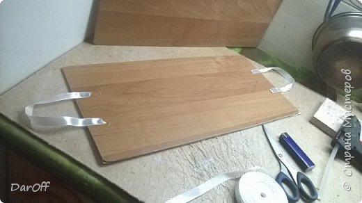 Вот такой волшебный сундук с сокровищами я сделала в качестве органайзера для хранения принадлежностей для укладки волос  Мне понадобилось: - Коробка - Картон гофрированный - Линолеум - Пищевая фольга - Термоклей - Термопистолет - Обои - Фонера - Атласная лента фото 18
