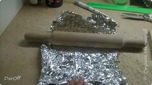 Вот такой волшебный сундук с сокровищами я сделала в качестве органайзера для хранения принадлежностей для укладки волос  Мне понадобилось: - Коробка - Картон гофрированный - Линолеум - Пищевая фольга - Термоклей - Термопистолет - Обои - Фонера - Атласная лента фото 39