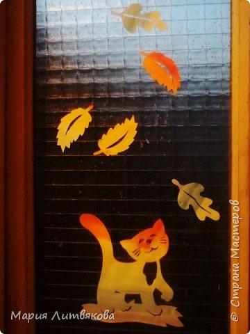 В этом году украшаться начали с дома) Котик на окне в прихожей из журнала по вырезанию Fensterbilder filigran, (скачала на торренте, отличный журнал, много красивых и несложных работ). Карточную типографскую бумагу покрасила акварелью, просушила, перенесла рисунок, ножнички - и вуаля! - украшение готово !  фото 1