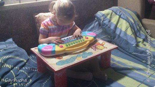 Моя крошка-инвалид. И так хочется радовать доченьку чем-то новым.  Комбез болельшицы связан спицами. Папа наш был в восторге.  фото 10