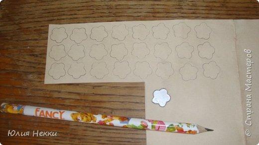 Привет Страна Мастеров! Хочу поделиться МК по созданию таких вот маленьких цветочков. Этот МК для тех у кого нет фигурных дыроколов а цветочки нужны позарез! Их можно использовать для украшения открыток, пано и др. поделок. Приступим? :) фото 7