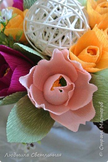 Добрый вечер, девочки! Сегодня покажу одну новую работу. Эта корзинка сделана в подарок для девушки, любящей тюльпаны и цвет фуксии...Я подумала, что нужно выделить этот яркий, эффектный цвет с помощью  более нежных красок. Всегда рада поболтать, заранее признательна за комментарии. фото 6