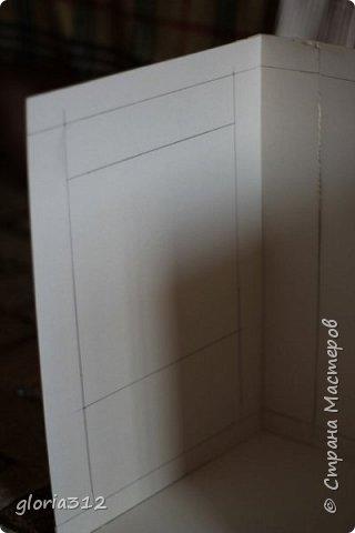 """Румбокс (roombox: room-комната, box- коробка).   Материалы: -Макетный картон -Скрап-бумага -Белый акрил -Лак-олифа для дерева, """"красное дерево"""" -Ткань (полупрозрачный шифон) -Шпажка для барбекю -Клей ПВА -Скотч широкий -Канцелярский ножик -Ножницы фото 4"""