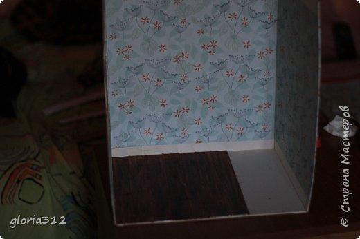"""Румбокс (roombox: room-комната, box- коробка).   Материалы: -Макетный картон -Скрап-бумага -Белый акрил -Лак-олифа для дерева, """"красное дерево"""" -Ткань (полупрозрачный шифон) -Шпажка для барбекю -Клей ПВА -Скотч широкий -Канцелярский ножик -Ножницы фото 6"""