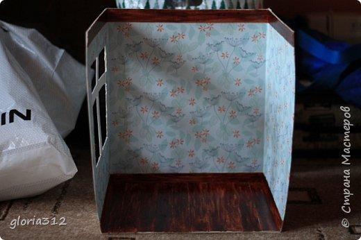 """Румбокс (roombox: room-комната, box- коробка).   Материалы: -Макетный картон -Скрап-бумага -Белый акрил -Лак-олифа для дерева, """"красное дерево"""" -Ткань (полупрозрачный шифон) -Шпажка для барбекю -Клей ПВА -Скотч широкий -Канцелярский ножик -Ножницы фото 7"""